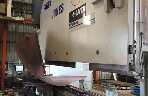 Machine for flattening a steel